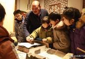 河南开封:朱仙镇估衣街小学的小学生们兴致勃勃地印制生肖年画