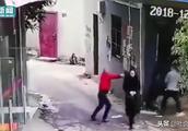 女子街头目睹男子持枪伤人 只瞥一眼淡定走过 网友:以为在拍视频