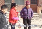 农村媳妇抓土鸡给大娘送去吃肉,打算抓两只婆婆为啥不让抓这么多