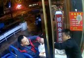 """杭州""""纸箱食堂""""用纸箱换免费宵夜,希望借此带动更多人参与公益"""