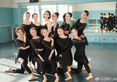 佟丽娅回新疆母校 大方露美背与学妹共舞美翻了