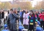 河南一高中让两千余学生集体跪拜父母,专家:跪式感恩像作秀