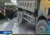 又是渣土车!扬州一辆渣土车起步直行,老太被卷入车下当场死亡