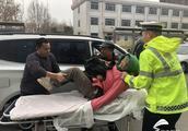 淄博一市民右手被割断 潍坊交警警车开道护送就医