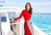 偶像剧女王陈乔恩一条红色连衣裙搭配小围裙,波浪卷发甚是性感!