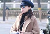 被47岁闫妮的气质折服,一身黑搭驼色大衣,普通衣服穿出高级感!