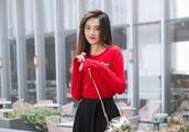 宋祖儿秀少女搭,穿红色针织衫配牛仔衣,金猪斜挎包很抢镜!