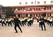 """""""带小学生跳鬼步舞走红""""校长:全校大多是留守儿童没有兴趣爱好"""