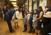 梅根王妃挺孕肚与萌娃握手 哈里王子贴身护驾爱妻