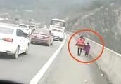 男子高速违停妻女下车,见后方有交警开车就跑,老婆孩子不要了?