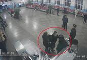 【视频】海伦一送站男子逆流出站还辱骂推搡安检员被拘留10天