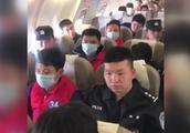 法网难逃!微信招嫖诈骗2000余人 警方包机将42名嫌犯押回温州