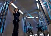 美女拿出手机自拍,结果发射出两道激光,连铠甲勇士都不能抵挡