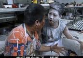 俩厨师在厨房大打出手,一个丢面粉一个砸番茄酱,那叫一个惨烈!