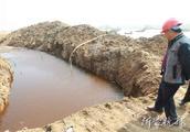 工人沂河岸边挖出不明物体!