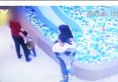 正当防卫?两名孩子玩耍时起争执 一家长抓起女童扔进球池