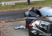 2岁女儿懒得走路躺平装死 被淡定老爸像拎菜一样提回家