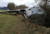 西班牙空军一架运输机着陆时冲出跑道严重受损 致9人受伤
