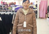 天冷了,农村婆媳结伴买衣服,儿媳想买白色的,为啥婆婆不让买?