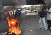 """海地爆发严重街头骚乱,抗议者焚烧美国国旗抗议被""""占领"""""""