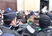 """法国""""黄背心""""游行持续第五周 警方骑马上街 再射催泪瓦斯驱赶"""