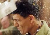 美国大兵喝醉醉,侮辱中国军人,特种兵队长一酒瓶子爆他头