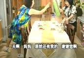 搞笑一家人:罗文姬女士和儿媳穿上对方给自己买的衣服  画风奇特