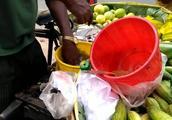 印度街头的特色水果摊,咖喱永远是主角,这种吃法想不服都不行!
