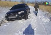 奥迪A6被雪坑困住,老司机出绝招,看完才知道奥迪的四驱有多牛