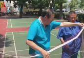 """以前打球自带网,如今七旬老人球网也""""共享"""""""